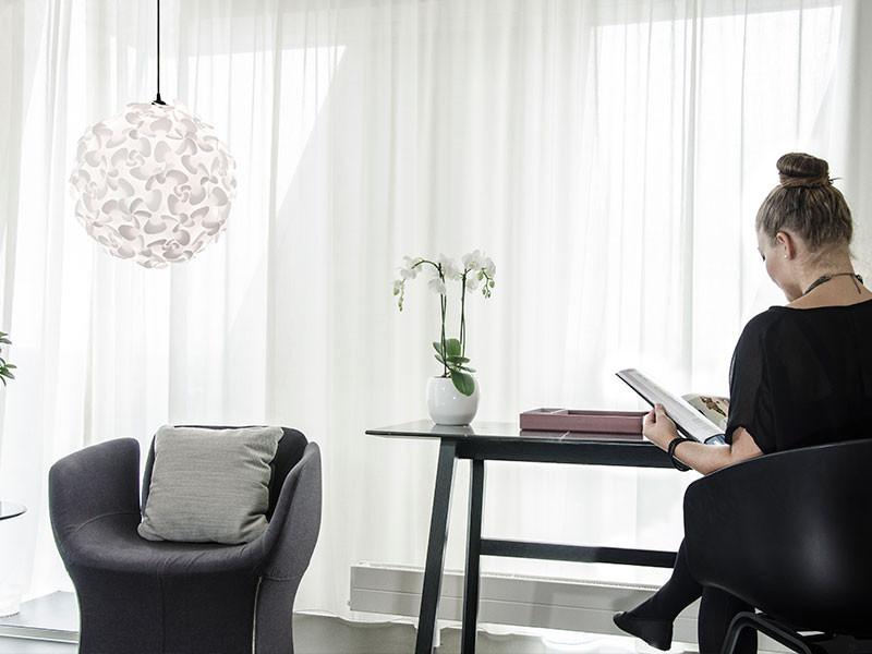 bílý lustr na strop